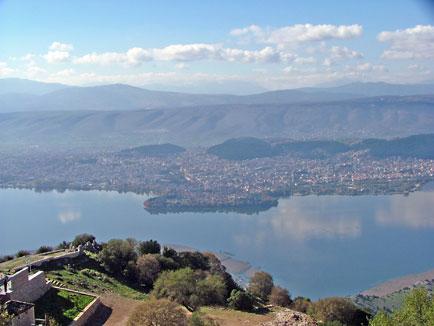 Πανοραμική λήψη της πόλης των Ιωαννίνων και της λίμνης Μαμβώτιδας.